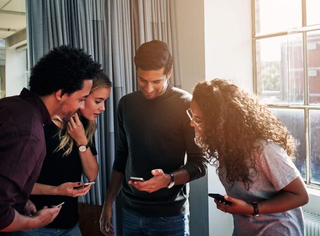jonge mensen met smartphones
