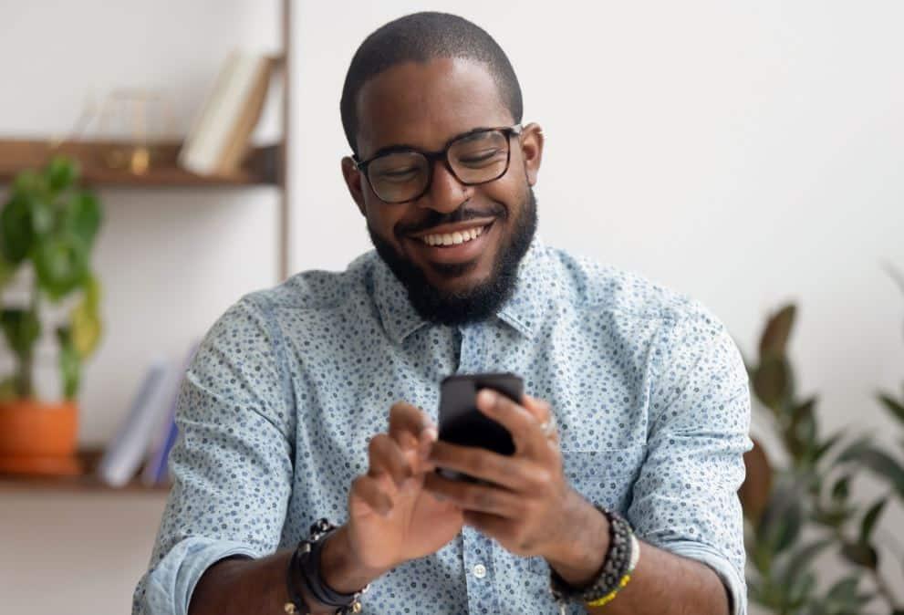 man met smartphone met apps
