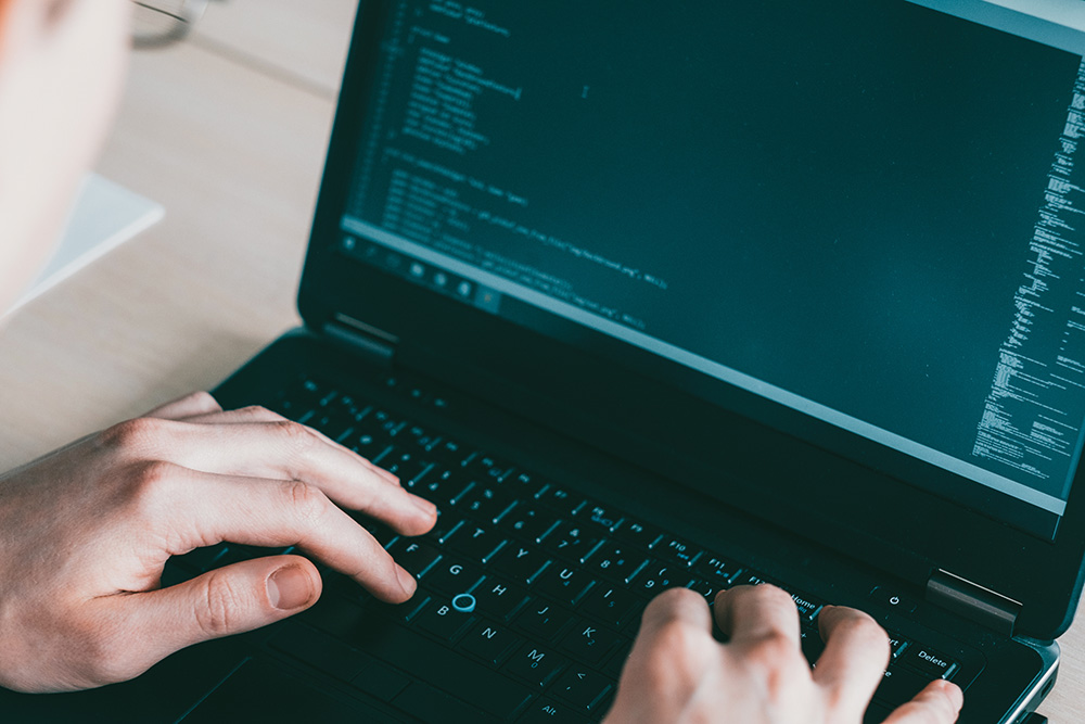 software ontwikkeling op laptop
