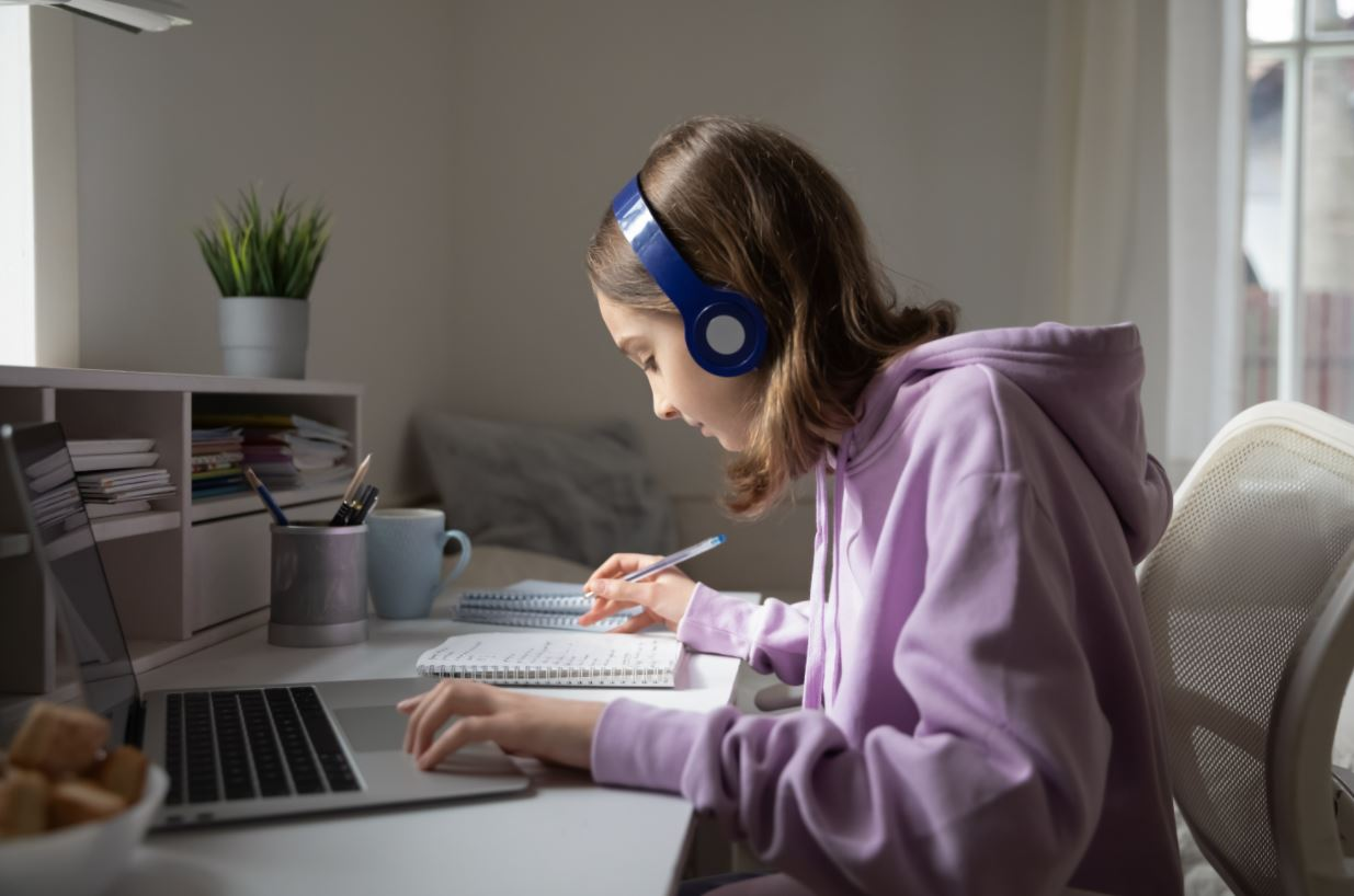 meisje achter laptop met e-learning