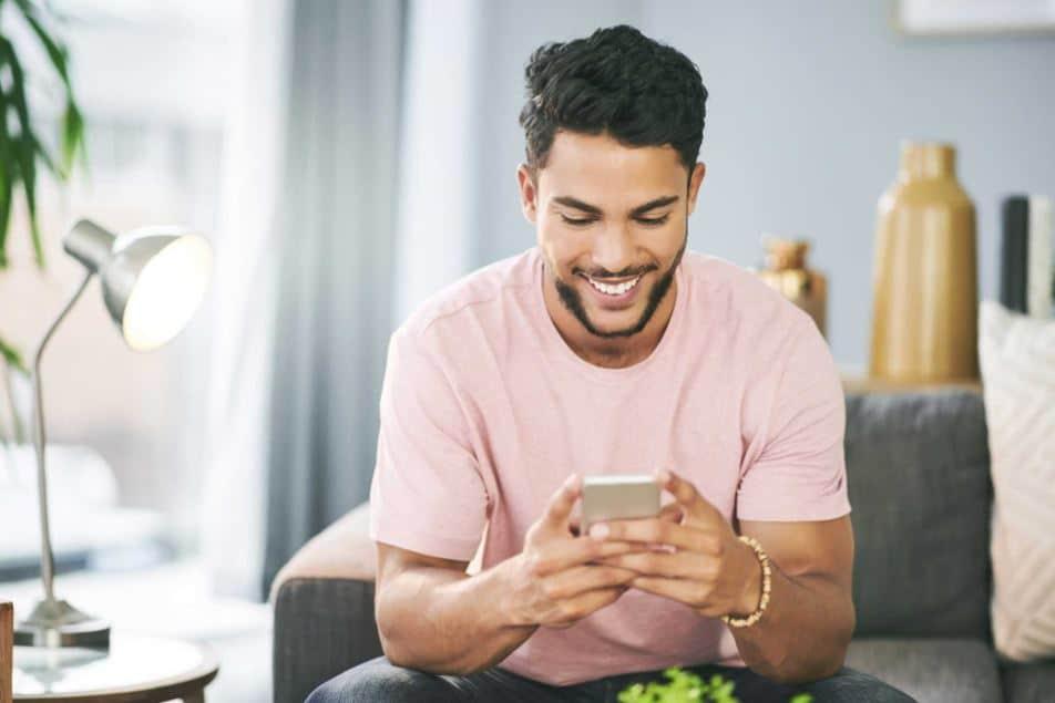 man met smartphone app